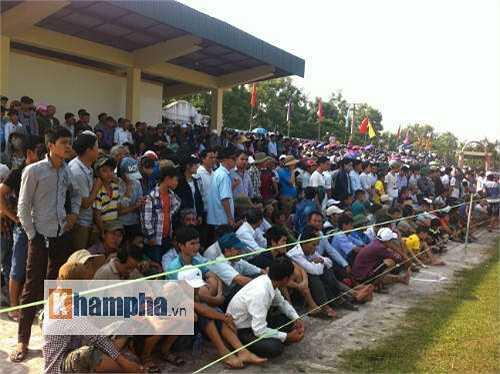 Hàng ngàn khán giả Đô Lương ngồi chật sân bóng của huyện.