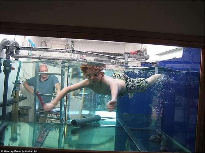 Sau khi hoàn thành, bể là nơi sinh sống của 120 con cá và to đến mức vợ và con trai anh có thể bơi trong đó.