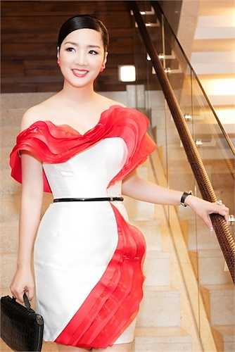 Cô diện một chiếc đầm của NTK Ann Gi.