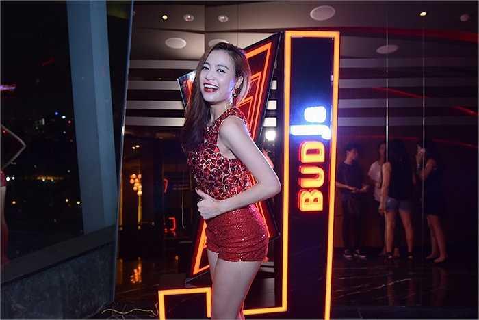 Hoàng Thuỳ Linh tỏ ra rất phấn khích khi sự kiện có sự tham gia của cặp đôi DJ quốc tế Merk & Kremont.