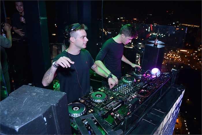 Cặp đôi DJ quốc tế Merk & Kremont mang đến một màn trình diễn sôi động.