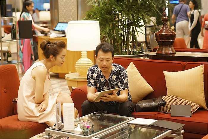 Trong trang phục khá đơn giản nhưng vẫn toát lên nét tươi trẻ, Jennifer Phạm vui vẻ trò chuyện với danh hài Vân Sơn tại sảnh chờ một khách sạn trên đường Đồng Khởi, TP.HCM.