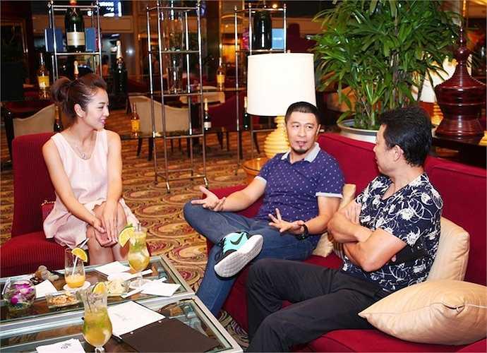 Sau đó ít phút, đạo diễn Charlie Nguyễn xuất hiện và họ tiếp tục trò chuyện với nhau.