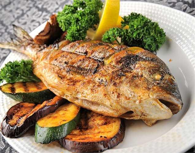 Cá: Omega-3 có trong cá giúp tăng lượng serotonin trong cơ thể. Hormone này giúp trong việc giảm mức độ căng thẳng và chống lại bệnh tim. Nó cũng làm giảm mức độ lo lắng trong cơ thể. Đây là một thực phẩm để chống lại stress.