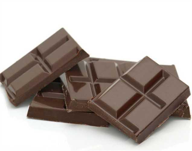 Sô cô la đen: Nghiên cứu nói rằng ăn sô cô la đen tốt hơn là kẹo sữa. Các mức cortisol trong cơ thể sẽ bị ức chế khi bạn ăn một thanh sô cô la đen. Endoprine, hormone hạnh phúc được phát ra sau khi ăn sô cô la.