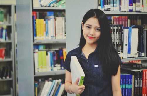 Diệp Khiết Như, sinh năm 1996, theo học trường James Cook University, Singapore. Cô nàng có khuôn mặt rất đáng yêu này tự nhận yêu thời trang, nghiện shopping, thích màu trắng và sợ gián, cào cào.