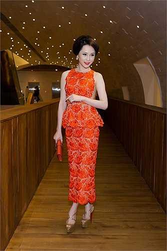 Á hậu Hoa hậu trang sức Thái Như Ngọc khoe vẻ quyến rũ trong sắc đỏ nồng nàn khi tham dự đêm bế mạc Tuần lễ thời trang quốc tế Việt Nam 2015.