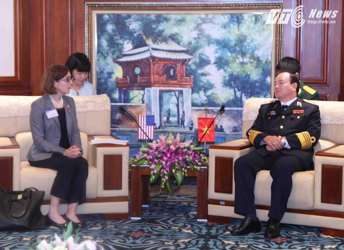 Trung tướng Phạm Ngọc Minh và bà Kate Brown tại buổi tiếp - Ảnh: Hồng Pha