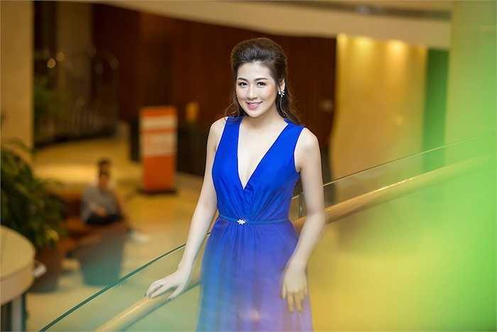 Dương Tú Anh rạng rỡ với chiếc đầm màu xanh xẻ sâu vô cùng táo bạo.