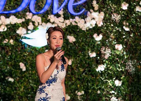 Có mặt tại chương trình từ sớm, quán quân Vietnam Idol 2010 thu hút sự chú ý bởi ngày càng xinh đẹp, gợi cảm