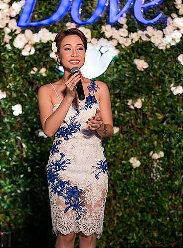 Nữ ca sĩ nhận được sự ủng hộ nhiệt tình của khán giả bởi phong cách trình diễn tự tin, giọng hát cuốn hút và sự thân thiện, nhiệt tình khi giao lưu.
