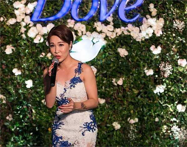 Trong chương trình, Uyên Linh hát lại các ca khúc quen thuộc của cô như Cám ơn tình yêu, Người hát tình ca...