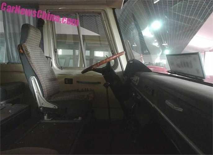 Xe Hồng Kỳ CA630 có thể chở tối đa 19 người kể cả lái xe và hướng dẫn viên, phiên dịch hoặc vệ sỹ riêng cho lãnh đạo.