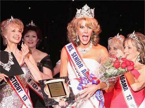 11. Hoa hậu Bà ngoại: Cuộc thi Hoa hậu Bà ngoại (MissSenior America) thường được tổ chức tại Mỹ. Cuộc thi nhằm tôn vinh những nhan sắc cao tuổi. Nó hy vọng sẽ giúp 'khắc họa cái nhìn khác về vẻ đẹp của thời gian'.Độ tuổi tối thiểu để tham gia cuộc thi là 60.