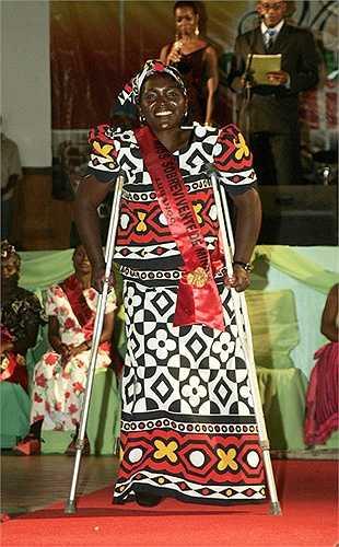 6. Hoa hậu Bom mìn: Cuộc thi Hoa hậu Bom mìn (Miss Landmine) được tổ chức lần đầuvào năm 2008 ở Angola. Cuộc thi này nhằm kêu gọi sự quan tâm của các tổ chức, cá nhân tới những nạn nhân bị thương tật do bom mìn chiến tranh.Mặc dù cuộc thi Hoa hậu Bom mìn nhận phải nhiều chỉ trích cho rằng đã xoáy vào nỗi đau của các nạn nhân chiến tranh, tuy nhiên sau đó 1 năm, nó tiếp tục được tổ chức tại Campuchia.
