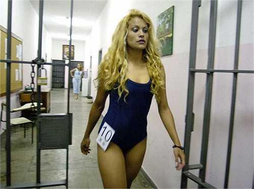 9. Hoa hậu Tù nhân: Hoa hậu Tù nhân (Miss Penitentiary)được tổ chức ở Brazil với ý nghĩa khá nhân văn đó làtìm ra nữ phạm nhân có sắc vóc nổi trội nhất. Ý nghĩa của cuộc thi nhằm xây dựng cộng đồng nhân ái trong nhà tù. Ngoài ra nó cũng phần nào giúp các nữ phạm nhân xóa đi mặc cảm bản thân và tự tin khi sau này tái hòa nhập lại với xã hội.  Một số cuộc thi Hoa hậu tù nhân khác cũng được tổ chức ở nhà tù Mexico, Kenya, Brazil...