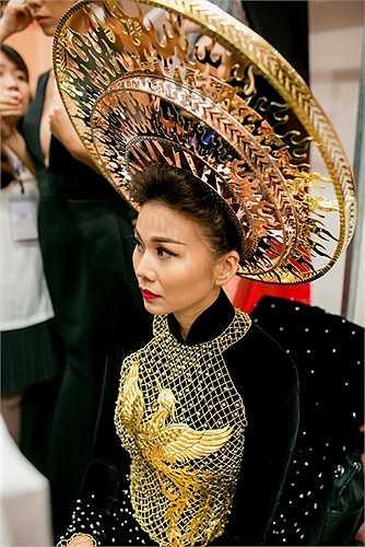 Trong đêm cuối cùng của tuần lễ thời trang Vietnam International Fashion Week, 'đệ nhất chân dài' Thanh Hằng được tất cả mọi người chú ý khi khoác trên mình chiếc áo dài được dát vàng.