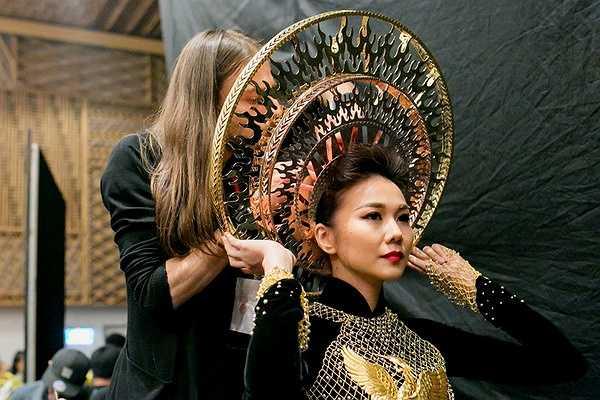 Đây là chiếc áo dài với họa tiết dát vàng tinh xảo, thể hiện tinh thần Việt Nam truyền thông.