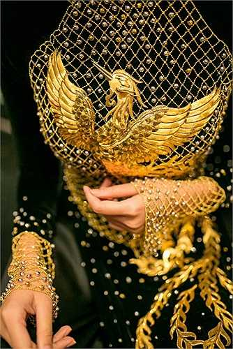 Ý tưởng của chiếc áo này chính là từ hình tượng chim phượng hoàng, linh vật thanh cao biểu trưng cho đức hạnh cùng những giá trị cao quý của người phụ nữ