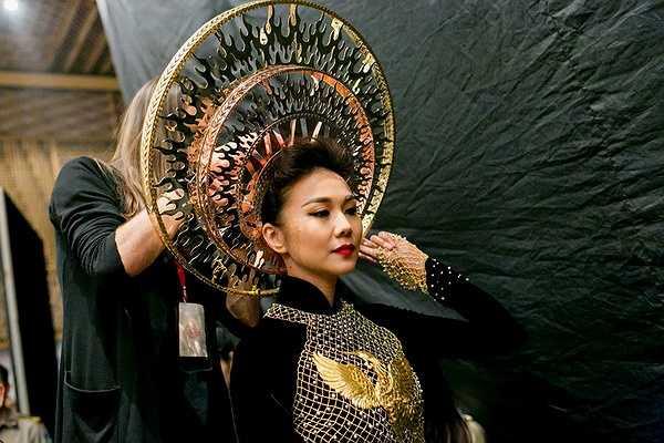 Có mặt từ rất sớm trong hậu trường để chuẩn bị cho đêm trình diễn cuối cùng của tuần lễ thời trang, Thanh Hằng luôn được đánh giá cao ở tinh thần làm việc chuyên nghiêp.