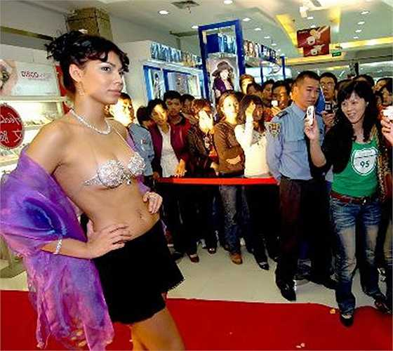 Một bộ áo ngực làm từ kim cương đã ra mắt ở Thẩm Dương (Liêu Ninh, Trung Quốc). Chiếc áo ngực nổi bật với hàng ngàn viên kim cương lấp lánh