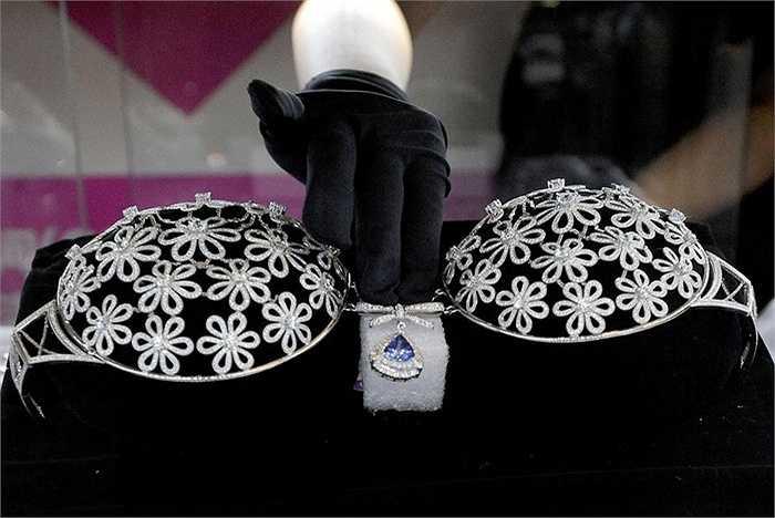 Chiếc áo ngực được làm từ 2.500 viên kim cương trị giá 10 triệu nhân dân tệ (khoảng 35 tỷ đồng). Trong đó, đáng chú ý là viên kim cương xanh hình quả lê ở giữa