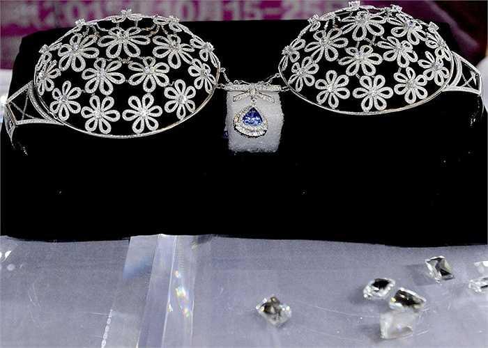 Ngoài các viên kim cương nhỏ, ở giữa còn có viên kim cương màu xanh rất ấn tượng