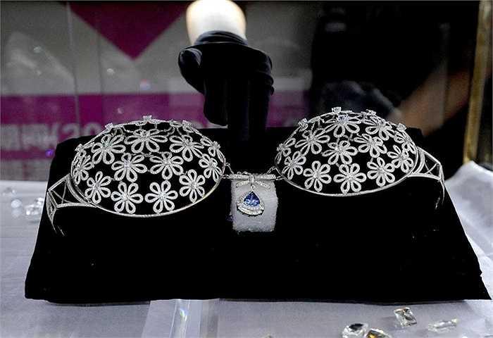 Không chỉ có kim cương mà trên chiếc áo ngực đặc biệt này còn có vàng 18 karat