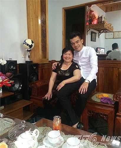 Hưởng ứng không khí ngày 20/10, Hoàng Thịnh chia sẻ hai tấm ảnh chụp bên mẹ và chị gái cùng lời chúc dễ thương: '20/10 chúc mẹ yêu và chị ngày phụ nữ thật vui và luôn là động lực cho em nhé'