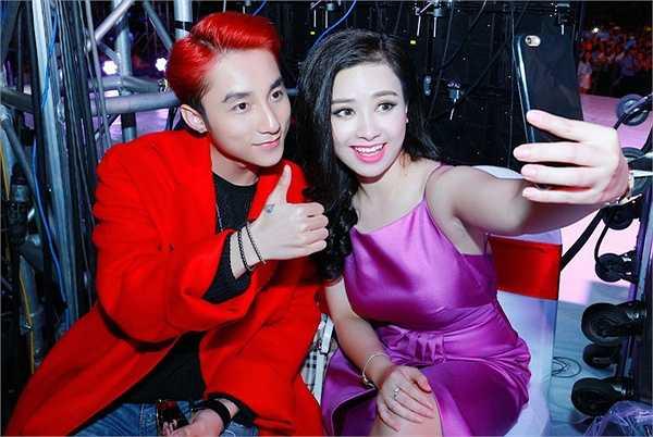 Là tài năng lớn và là ngôi sao trẻ thành công bậc nhất thời điểm hiện tại, Sơn Tùng M-TP vẫn vô cùng thân thiện và khéo léo khi ngồi trò chuyện cũng như chia sẻ chuyện nghề với Dương Hoàng Yến.