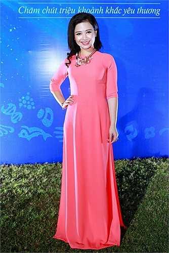 Thậm chí, Sơn Tùng M-TP còn không ngại chia sẻ rằng anh rất hâm mộ giọng hát của đàn chị Dương Hoàng Yến khi xem cô trong chương trình Giọng hát Việt và Cặp đôi hoàn hảo