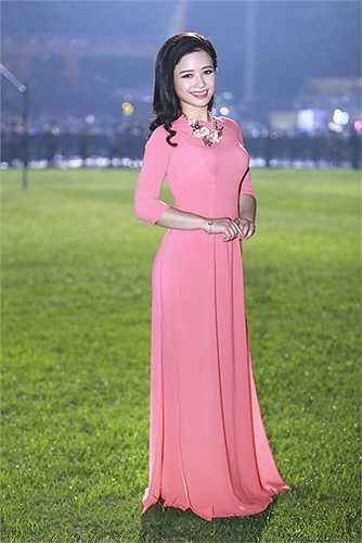 Dương Hoàng Yến diện áo dài hồng thướt tha, dịu dàng của NTK Hà Duy.