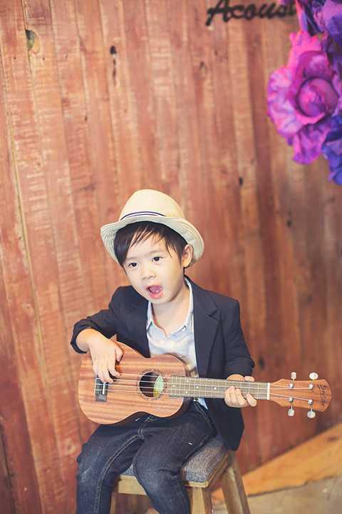Thừa hưởng năng khiếu âm nhạc từ bố nên Rio rất thích ca hát. Cậu bé có thể hát ở mọi lúc mọi nơi.