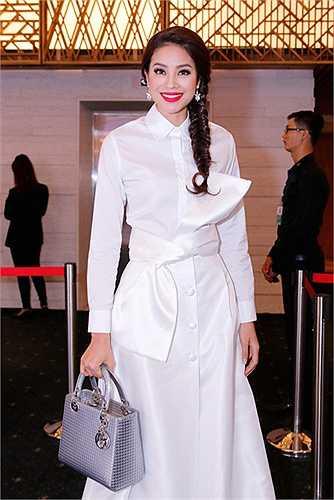 Cũng trong sự kiện tối qua, Hoa hậu Hoàn vũ Việt Nam 2015 Phạm Hương cũng tham dự với bộ váy trắng thanh lịch và độc đáo của Nhà thiết kế Lâm Gia Khang.