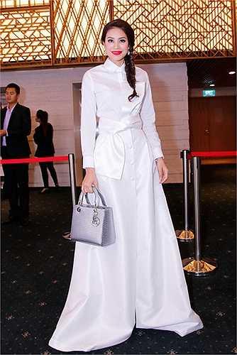 Hoa hậu Phạm Hương đến khá muộn do cô vừa kết thúc một chương trình truyền hình mà cô nhận lời làm giám khảo. Tuy vậy, tân hoa hậu cũng là một trong những gương mặt được chú ý nhiều nhất tại sự kiện thảm đỏ tối qua.