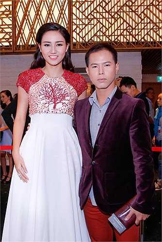 Nếu như cách đây hai ngày, á hậu Ngô Trà My diện bộ váy ngắn khoe đường cong nóng bỏng thì tại đêm bế mạc, cô diện bộ váy thanh lịch với những chi tiết nổi bật.