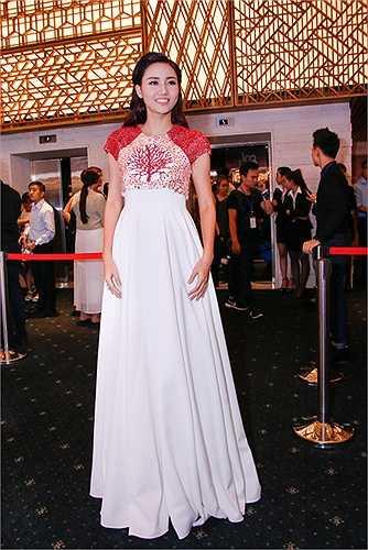 Á hậu Ngô Trà My cũng là một trong những mỹ nhân diện bộ váy đẹp nhất tối qua.