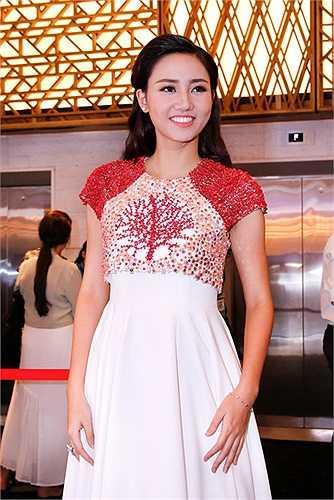 Á hậu Ngô Trà My mặc dù chưa quen với những hoạt động giải trí nhưng cô đang ngày càng hoàn thiện để tạo phong thái chuyên nghiệp nhất tại các sự kiện văn hóa