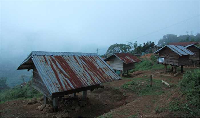 Ngoài việc mỗi nhà có một kho thóc, thì dân làng thường xây dựng thêm một vài kho nữa, và cả làng góp thóc, ngô vào đó. Nhà nào nghèo, đói, thì dân làng sẽ mở kho thóc đó để cứu đói.