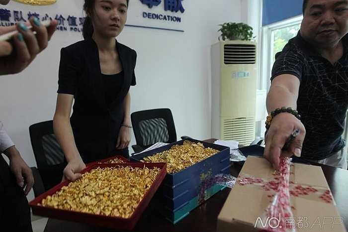 Lực lượng cảnh sát phát hiện, người bảo vệ của công ty họ Lo đã đưa theo số vàng nói trên bỏ trốn về hướng Quảng Tây