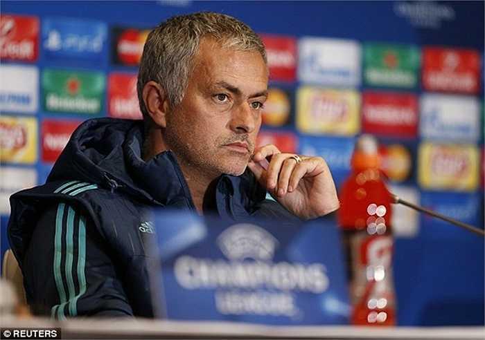 Căng thẳng nhất lúc này với Mourinho là mối quan hệ với Eden Hazard. Ông khẳng định, chừng nào tiền vệ người Bỉ biết phòng ngự, anh mới được đá chính