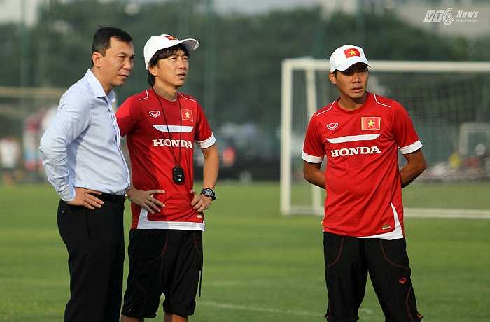 Phó chủ tịch VFF Trần Quốc Tuấn tới thăm buổi tập của tuyển Việt Nam chiều qua.