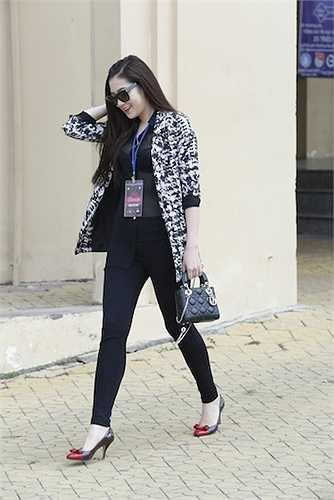 Cô kết hợp thêm túi Chanel hơn 100 triệu đồng để tăng thêm giá trị cho bộ trang phục.