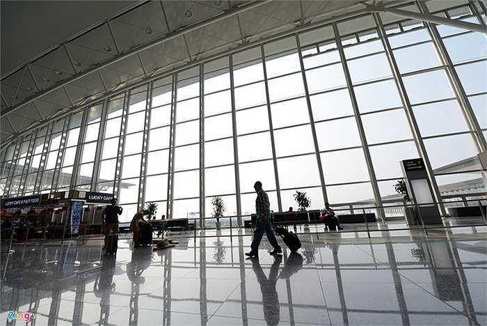 Khu vực làm thủ tục của nhà ga T2 dùng tường kính từ vách đến trần để tận dụng ánh sáng mặt trời. Phong cách thiết kế này giống nhiều sân bay trên thế giới nhằm mục đích chính là tiết kiệm nhiên liệu.