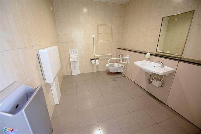 Nhà vệ sinh, phòng tắm sạch sẽ hơn hẳn so với nhiều nhà ga hàng không trên thế giới. Trong đó có bàn thay tã cho trẻ em, và ghế cho trẻ ngồi chờ.