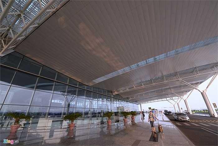 Bên ngoài nhà ga T2 cũng rất rộng rãi và sạch sẽ. Vừa qua, trang Guide to Sleep in Airports đã bầu chọn nhà gà này ở vị trí 28 trong top 30 sân bay hàng đầu châu Á. (Nguồn: Zing)