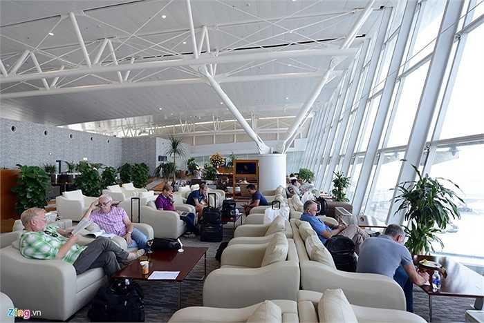 Phòng C trong nhà ga T2 dành cho khách thương gia (bay các chuyến ngoài Sky Team). Khu bàn ghế ngồi sang trọng, có hướng nhìn ra đường băng.