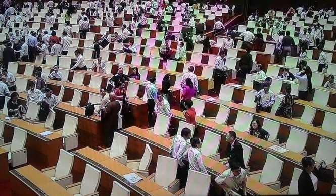 Các đại biểu ra về vào 9g15 sáng 21-10 - Ảnh chụp qua màn hình trực tiếp tại trung tâm báo chí Quốc hội