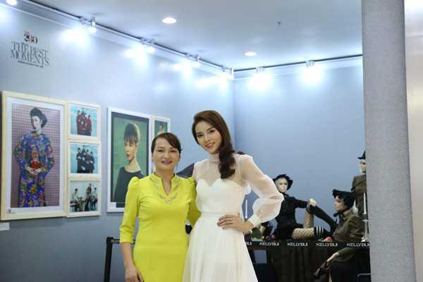 Hoa hậu Kỳ Duyên chụp ảnh cùng mẹ