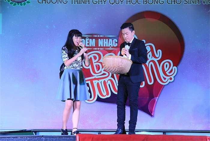 Phía cuối chương trình, ca sỹ Lam Trường cũng nhiệt tình giao lưu và hát tặng các bạn sinh viên nhiều ca khúc quen thuộc như: Cho bạn cho tôi, Kathy...